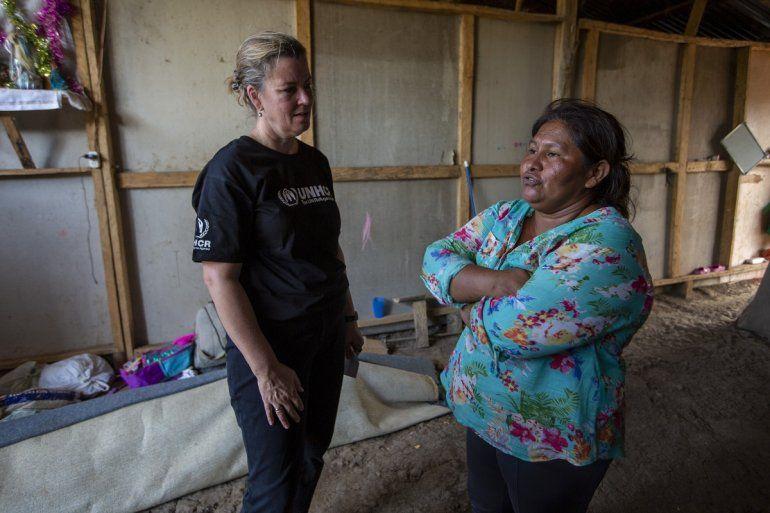 La activista nicaragüense Francista Ramírez (der) conversa con la enviada de la Oficina del Alto Comisionado de las Naciones Unidas para Refugiados Kelly Clements en la comunidad de refugiados que creó en Upala