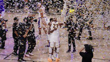 Jugadores de los Lakers de Los Ángeles festejan después de conquistar el título de la NBA tras derrotar al Heat de Miami 106-93 en el sexto partido de la final, el domingo 11 de octubre de 2020, en Lake Buena Vista, Florida