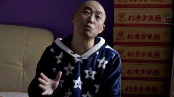 Zhu Tao ofrece una entrevista en su departamento de Wuhan, lleno de cajas de insumos acumulados para hacerle frente a otro eventual confinamiento obligado por el coronavirus. Zhu es un fuerte crítico del gobierno chino y no cree lo que las autoridades dicen acerca del virus. No sale de su casa desde hace más de un año. Foto del 21 de octubre del 2020.