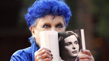 En esta fotografía de archivo del 23 de octubre de 2019 la actriz Lucía Bosé llega a la alfombra roja de la presentación del libro Lucía Bosé. Una biografía de Roberto Liberatori, en la 14a edición del Festival de Cine de Roma el 23 de octubre de 2019. El hijo mayor de Bosé, el cantante Miguel Bosé informó el lunes 23 de marzo de 2020 el fallecimiento de Lucía Bosé.