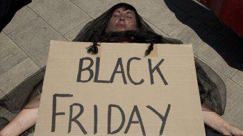 Una manifestante simula estar muerta durante una protesta contra el cambio climático en el exterior de la Bolsa de Johannesburgo, en Johannesburgo, el 29 de noviembre de 2019.