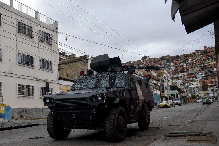 Un vehículo blindado VN-4 de una unidad especial de la Policía Nacional recorre una de las principales calles del barrio Cota 905 luego de tres días de enfrentamientos con presuntos integrantes de una banda criminal