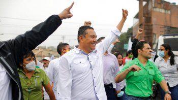 Javier Bertucci, candidato a las elecciones parlamentarias convocadas por el régimen de Nicolás Maduro, saluda a los residente de una barriada popular de Caracas.