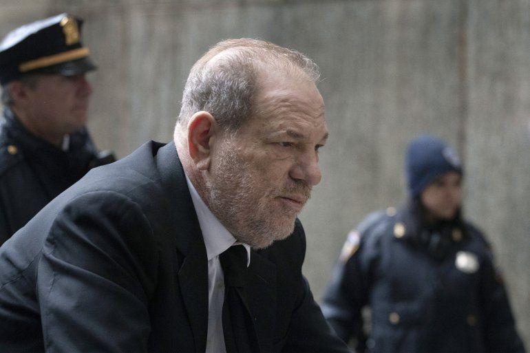 Harvey Weinstein llega a un tribunal en Manhattan para asistir al proceso de selección de jurados para su juicio por cargos de violación y abuso sexual