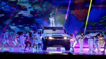 Karol G se presenta en la ceremonia de los Billboard Music Awards 2021, transmitidos el 23 de mayo de 2021 en el Microsoft Theatre de Los Angeles, California. La colombiana lidera las nominaciones de Premios Juventud 2021.