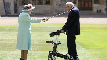 El Capitán Sir Tom Moore recibe su título de caballero por parte de la reina Isabel II durante una ceremonia en el Castillo de Windsor, en Inglaterra, el viernes 17 de julio de 2020.