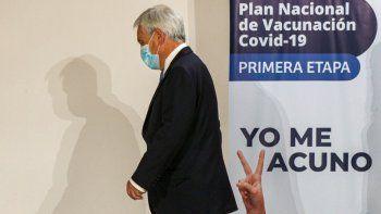 El presidente Sebastián Piñera camina tras haber observado la primera inyección de la vacuna contra COVID-19 en el Hospital Metropolitano de Santiago, Chile.