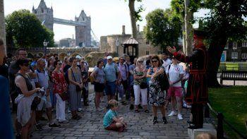 Un grupo de visitantes escuchan a un guía en la Torre de Londres el lunes 19 de julio de 2021, la primera visita luego de 16 meses de estar cerrada debido a la pandemia del COVID-19.