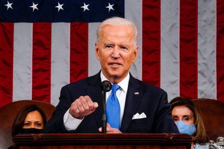 El presidente Joe Biden habla en el Capitolio en Washington. Detrás la líder de la Cámara Baja