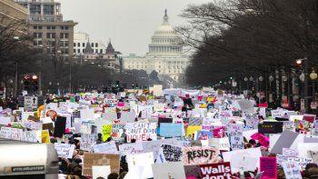 Cientos de personas marchan por la Avenida Pennsilvanya en Washington en la llamada Marcha de Mujeres, para rechazar las políticas del Gobierno del presidente Donald Trump.