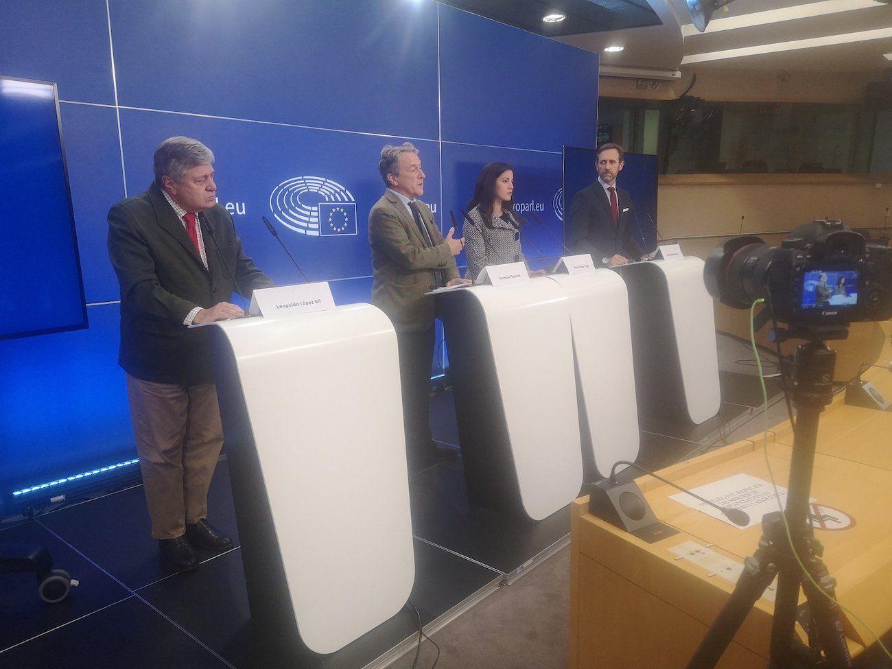 De izquierda a derecha, Leopoldo Lopez Gil (EPP), Hermann Tertsch (ECR), Rosa Maria Paya, promotora de Cuba Decide, y Jose Ramon Bauza (Renew Europe).