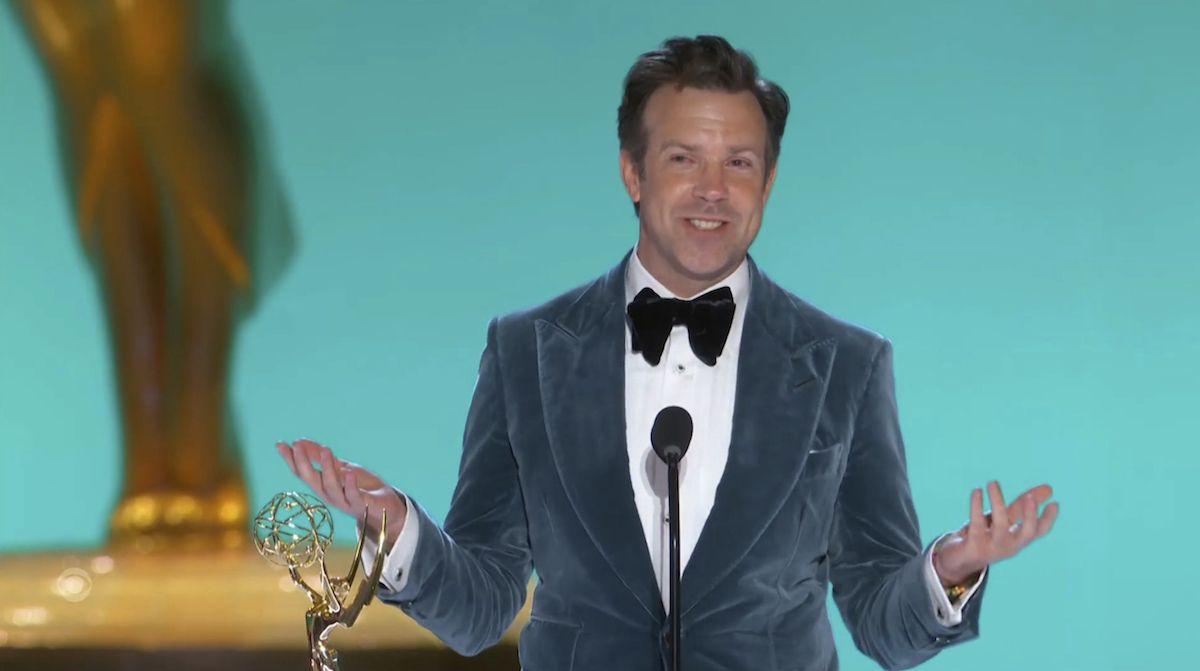 En esta imagen de video emitida por la Academia de la Televisión, Jason Sudeikis recibe el premio Emmy al mejor actor en una serie de comedia, por Ted Lasso, el domingo 19 de septiembre de 2021 en Los Angeles.