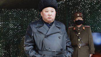 En esta fotografía de archivo del lunes 2 de marzo de 2020, facilitada por el gobierno norcoreano, se ve al gobernante Kim Jong Un cuando inspecciona unas maniobras militares en un lugar no revelado en Corea del Norte.