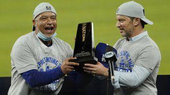 El manager de los Dodgers de Los Ángeles Dave Roberts (izquierda) y el presidente de operaciones de béisbol Andrew Friedman con el trofeo de campeones de la Liga Nacional en Arlington, Texas.