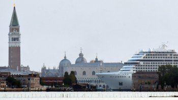 El crucero MSC Orchestra navega por la Plaza de San Marcos y el Palacio Ducal cuando llega el 3 de junio de 2021 a Venecia, Italia, para atracar en la terminal MSC de la ciudad de la cuenca de cruceros Marittima.