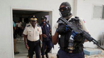El director de la policía de Haití, Léon Charles, a la izquierda, se retira de un salón al término de una conferencia de prensa en la sede de la policía en Puerto Príncipe.