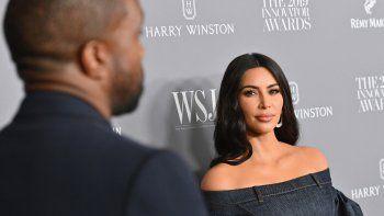 En esta foto de archivo tomada el 6 de noviembre de 2019, la personalidad de los medios de comunicación estadounidense Kim Kardashian West (derecha) y su esposo, el rapero estadounidense Kanye West, asisten a los premios Innovator Awards 2019 de WSJ Magazine en la ciudad de Nueva York.