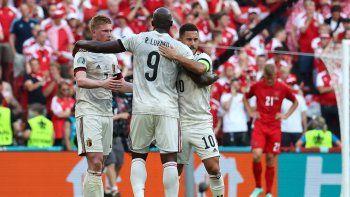 El mediocampista belga Kevin De Bruyne, el delantero belga Romelu Lukaku y el delantero belga Eden Hazard celebran al final del partido de fútbol del Grupo B de la UEFA EURO 2020 contra Dinamarca