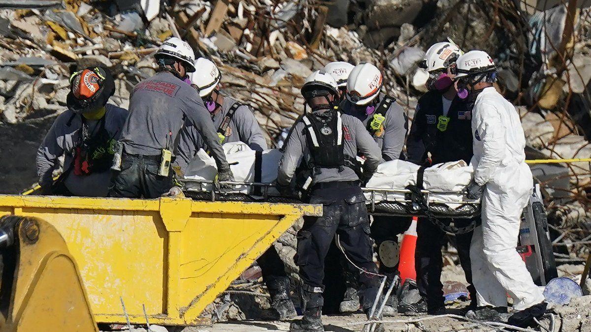 Rescatista halla el cuerpo de su hija entre los escombros