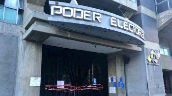 La fachada del Poder Electoral de Venezuela fue llenada de carteles y calcomanías de la Constitución para exigir a las rectoras que respeten las leyes establecidas en la actual Carta Magna.