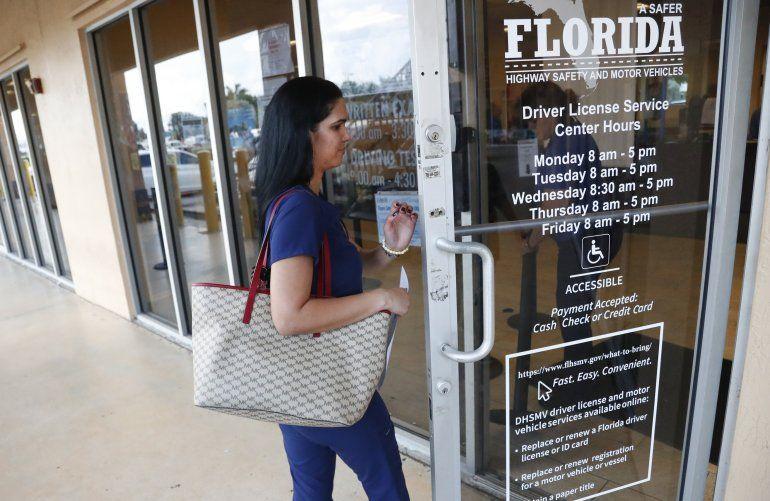 Una mujer entra a las oficinas del departamento de licencias de la agencia de Seguridad de Carreteras y Vehículos de Motor de Florida en Hialeah el 8 de octubre del 2019.