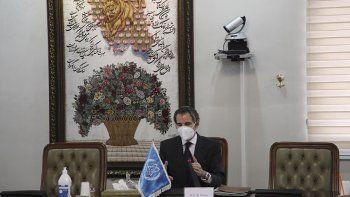El director general del Organismo Internacional de Energía Atómica, el argentino Rafael Mariano Grossi, habla durante una reunión con Alí Akbar Salehi, jefe del programa nuclear civil iraní, el domingo 21 de febrero de 2021, en Teherán, Irán.