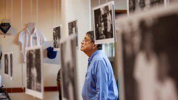 En esta fotografía de archivo del 30 de septiembre de 2019, el escritor Sergio Ramírez mira una imagen durante la inauguración de una exhibición de fotografías y artículos personales que pertenecían a personas asesinadas en protestas antigubernamentales en Managua, Nicaragua.