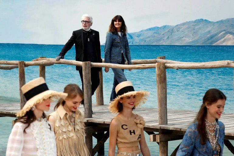 El diseñador Karl Lagerfeld sucumbió a una cierta naturalidad en los estilismos