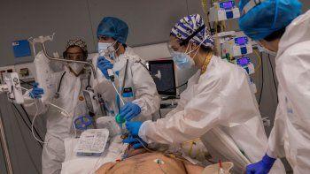 Un equipo médico del Hospital Enfermera Isabel Zendal practica una broncoscopia con fibra óptica a un paciente de la sala de UCI de COVID-19 del centro, en Madrid, España, el lunes 18 de enero de 2021.