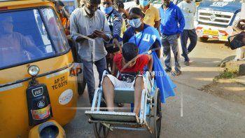 Transportan en silla de ruedas a un niño enfermo al hospital estatal de Eluru, Andra Pradesh, India, 6 de diciembre de 2020. Han hospitalizado a más de 200 personas debido a una enfermedad no identificada que desconcierta a los médicos.