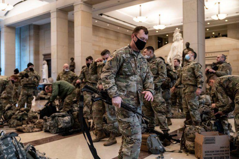 Centenares de soldados de la Guardia Nacional montan guardia dentro del centro de visitantes del Capitolio como parte de las medidas para reforzar la seguridad en la sede del Congreso en Washington