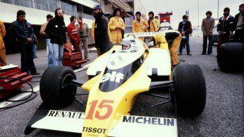 En esta foto de archivo tomada el 10 de abril de 1979, el piloto francés Jean-Pierre Jaussaud aparece en la pista de Castellet durante una sesión de entrenamiento con el nuevo Renault RS 10