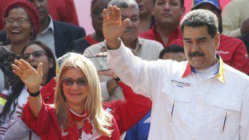 En esta fotografía de archivo del 20 de mayo de 2109, el presidente de Venezuela, Nicolás Maduro, y su esposa Cilia Flores saludan a sus partidarios frente al palacio presidencial de Miraflores en Caracas, Venezuela. Un sobrino de la primera dama de Venezuela apeló el martes 25 de agosto de 2020 ante la Corte Suprema de los Estados Unidos una sentencia de 18 años por conspirar para contrabandear 800 kilogramos de cocaína a los Estados Unidos.