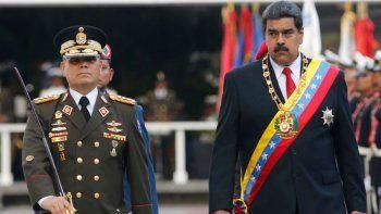 En esta foto de archivo del 24 de mayo de 2018, el dictador de Venezuela, Nicolás Maduro, a la derecha, camina con su ministro de Defensa, Vladimir Padrino López