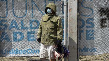 Un hombre espera información sobre un familiar ingresado con COVID-19 fuera de un hospital de campaña instalado en el Parque Industrial de la Ciudad de Guatemala, el 1 de septiembre de 2021.