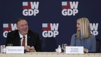 El secretario del Departamento de Estado Mike Pompeo y la asesora del presidente Ivanka Trump en el evento del primer aniversario de la Iniciativita para el desarrollo y la Prosperidad Global de las Mujeres en el Departamento de Estado en Washington, el miércoles 12 de febrero de 2020.