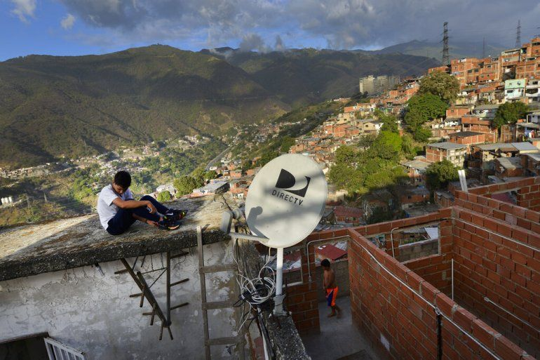 Antenas de DirectTV en una casa en el vecindario Catia