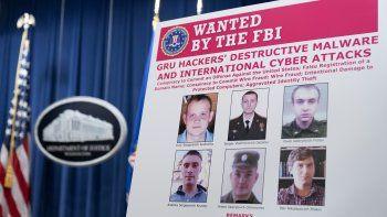 El afiche mostrado por el Departamento de Justicia de EEUU donde muestra retratos de los militares rusos acusados de interferencia en computadoras en distintas instituciones del mundo. Foto tomada en el Departamento de Justicia en Washington el 19 de octubre del 2020.