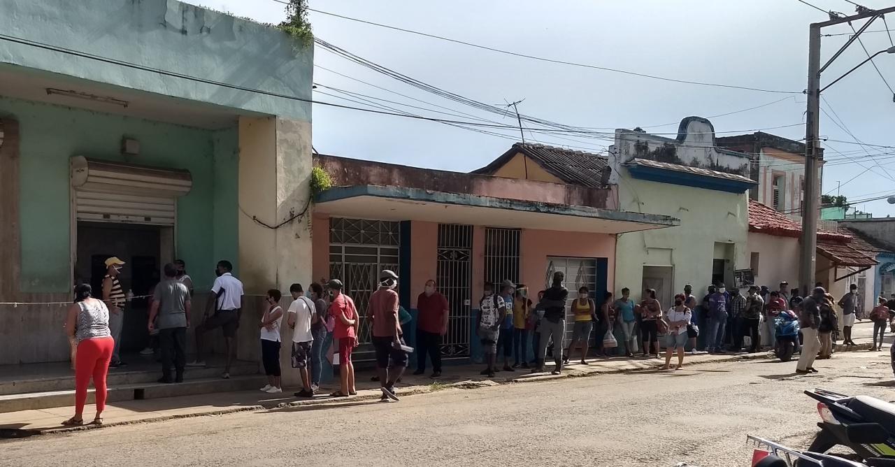 Cola para un cajero automático en Cuba