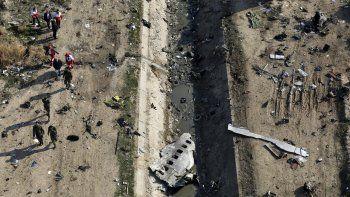 En esta imagen de archivo, tomada el 8 de enero de 2020, rescatistas recorren la zona donde se estrelló un avión ucraniano en Shahedshahr, al suroeste de Teherán, Irán.