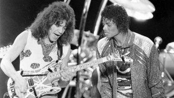 En esta foto del 14 de julio de 1984, el guitarrista Eddie Van Halen, a la izquierda, toca Beat It con Michael Jackson durante un concierto de la gira Jacksons Victory en Irving, Texas.