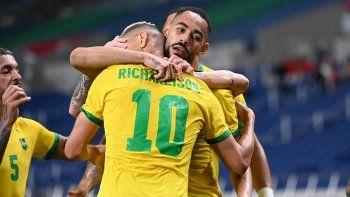 El delantero brasileño Matheus Cunha (CR) celebra con sus compañeros tras marcar un gol durante el partido de fútbol de cuartos de final masculino de los Juegos Olímpicos de Tokio 2020 entre Brasil y Egipto en el estadio de Saitama en Saitama