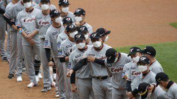 Los jugadores de los Hanwha Eagles con mascarillas previo al inicio de un juego de la liga de béisbol de Corea del Sur contra los SK Wyverns en Incheon, el marts 5 de mayo de 2020.