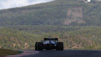 El piloto finlandés Valtteri Bottas conduce su Mercedes en la primera sesión de práctica para el Gran Premio de Portugal de la Fórmula Uno, en el Circuito Internacional Algarve, en Portimao, Portugal, el viernes 23 de octubre de 2020.