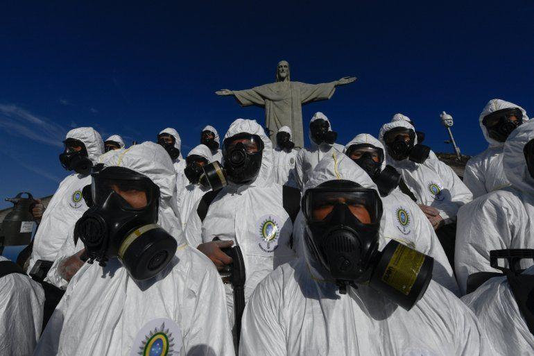 Soldados de las Fuerzas Armadas de Brasil son vistos durante los procedimientos de desinfección de la estatua del Cristo Redentor en la montaña Corcovado antes de la apertura de la atracción turística el 15 de agosto
