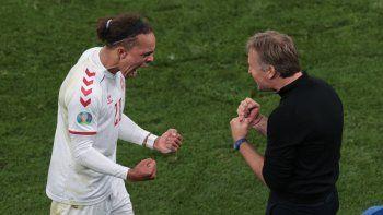 El delantero de Dinamarca Yussuf Poulsen y el entrenador Kasper Hjulmand celebran después del segundo gol de la goleada ante Rusia durante el partido de fútbol del Grupo B de la UEFA EURO 2020
