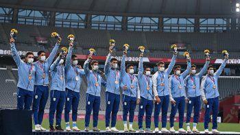 Los medallistas de bronce de Argentina suben al podio durante la ceremonia de la victoria después del último partido masculino de rugby a siete durante los Juegos Olímpicos de Tokio 2020
