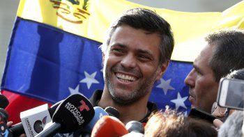 En esta foto de archivo del 2 de mayo de 2019, el líder opositor Leopoldo López habla en conferencia de prensa en la puerta de la residencia del embajador español en Caracas. López abandonó la residencia el sábado 24 de octubre de 2020 y se disponía a partir de Venezuela.
