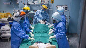 Profesionales de la salud atienden a un paciente de COVID-19 en la Unidad de Cuidados Intensivos del Hospital Alberto Sabogal Sologuren, en Lima, Perú, el 11 de diciembre de 2020, en medio de la nueva pandemia de coronavirus.