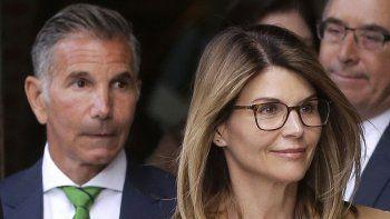 En esta foto del tres de abril de 2019, la actriz Lori Loughlin y su esposo, el diseñador de modas Mossimo Giannulli, a la izquierda, salen de un tribunal federal en Boston.